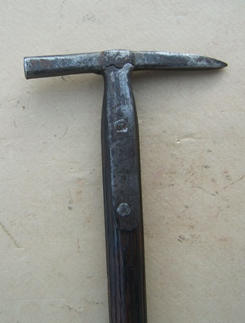 A VERY GOOD 17TH CENTURY EASTERN EUROPEAN (POLISH?) HORSEMAN'S HAMMER, ca. 1650 front