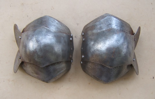 A VERY GOOD PAIR OF VICTORIAN/EDWARDIAN ERA COPIES OF 16th CENTURY GERMAN KNEE DEFENSES, ca. 1910 front