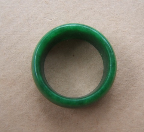 A VERY FINE 18th/19th CENTURY CHINESE GREEN JADE/JADITE ARCHER'S RING, ca. 1800 front
