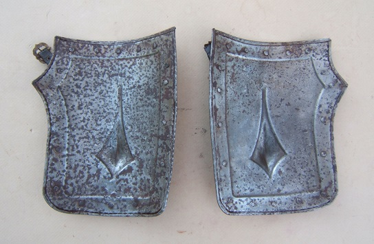 A VERY GOOD+ PAIR OF 16th CENTURY EMBOSSED GERMAN TASSETS, ca. 1580 front