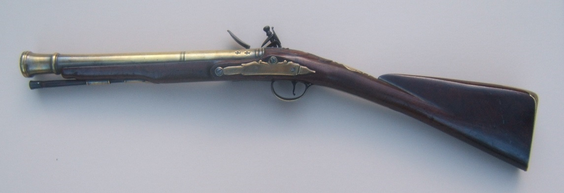 A FINE QUALITY AMERICAN REVOLUTIONARY WAR PERIOD SMALL-SIZED ENGLISH OFFICER'S BRASS BARREL FLINTLOCK BLUNDERBUSS MUSKETOON, ca. 1770 view 2
