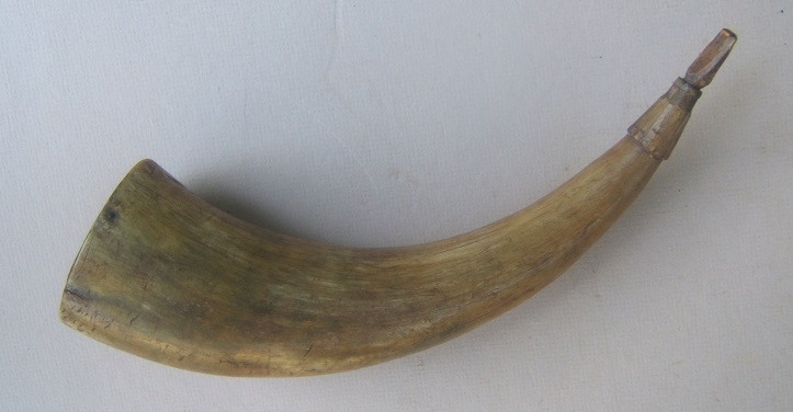 A VERY GOOD 19TH CENTURY AMERICAN RIFLEMAN'S POWDER HORN, ca. 1800-1830 view 2