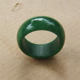 A VERY FINE 18th/19th CENTURY CHINESE GREEN JADE/JADITE ARCHER'S RING, ca. 1800 view1