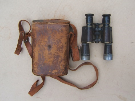 A VERY GOOD CASED PAIR OF FRENCH/PARISAN-MADE WORLD WAR I PERIOD JAPPANED BRASS & LEATHER COVERED OFFICER'S FIELD BIOCULARS & LEATHER CASE, ca. 1910 view1