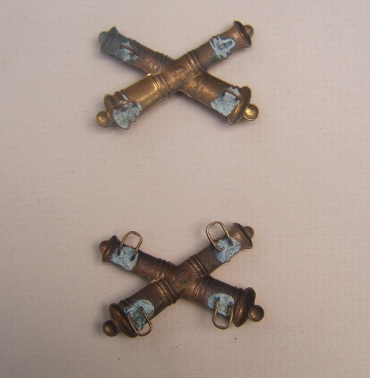 A VERY FINE PAIR OF AMERICAN INDIAN WAR PERIOD US MODEL 1872 CROSSED CANNONS ARTILLERY INSIGNIA view1