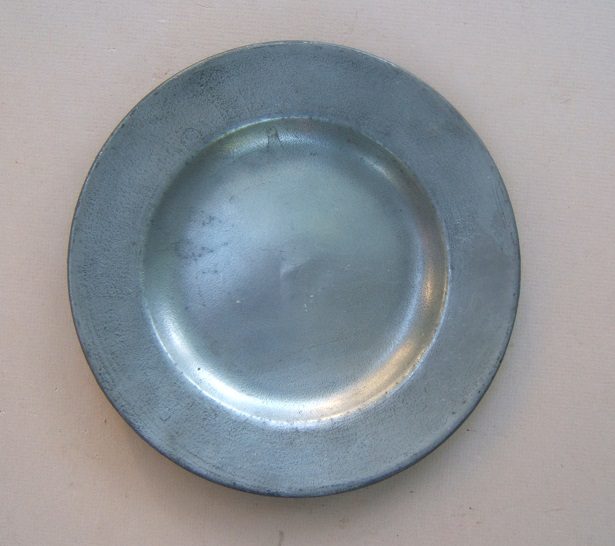 A VERY GOOD REVOLUTIONARY WAR PERIOD ENGLISH EXPORT-TYPE PEWTER PLATE, ca. 1750-1800 view1